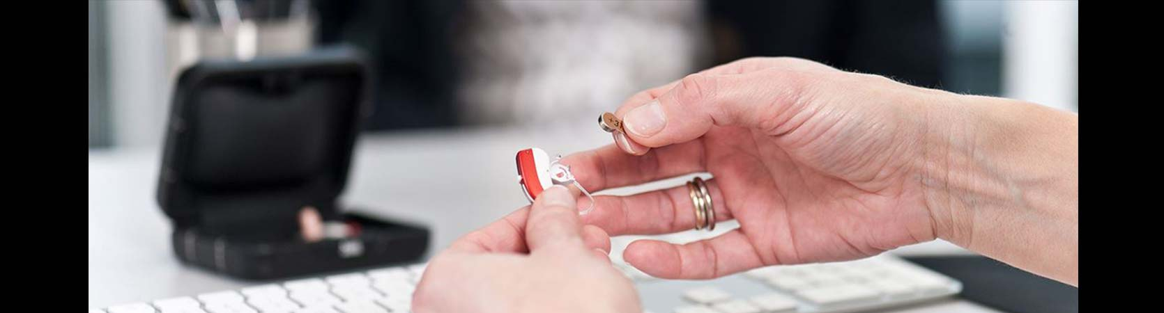 Widex postavljanje baterije u slušni uređaj